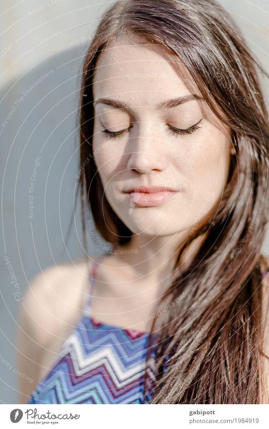 Geschlossene Augen Frau Jugendliche Junge Frau schön Erotik 18-30 Jahre Gesicht Erwachsene Leben natürlich feminin Glück frisch authentisch einzigartig