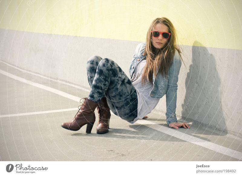 #198492 Lifestyle elegant Stil Mensch Junge Frau Jugendliche Erwachsene Leben Mauer Wand Mode Jacke Strumpfhose Brille Sonnenbrille Damenschuhe brünett