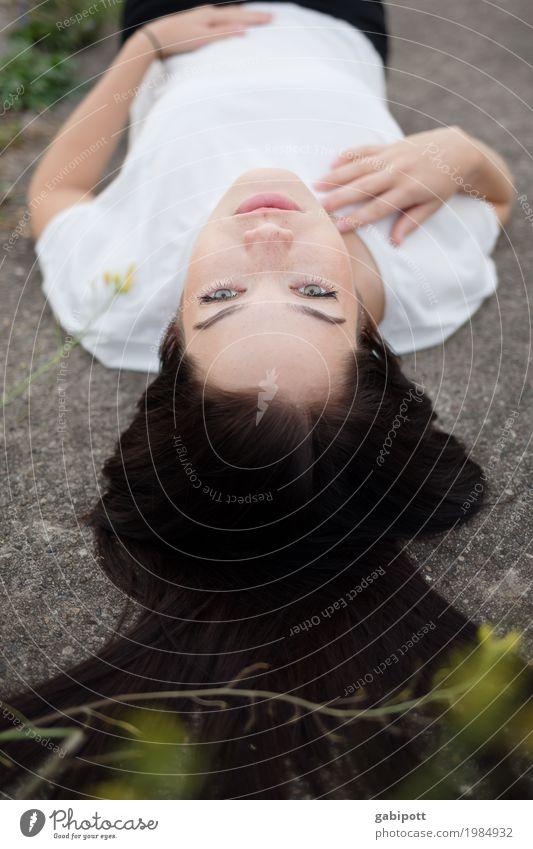 Blick nach oben Mensch feminin Junge Frau Jugendliche Erwachsene Leben 18-30 Jahre Wege & Pfade Haare & Frisuren schwarzhaarig brünett langhaarig genießen