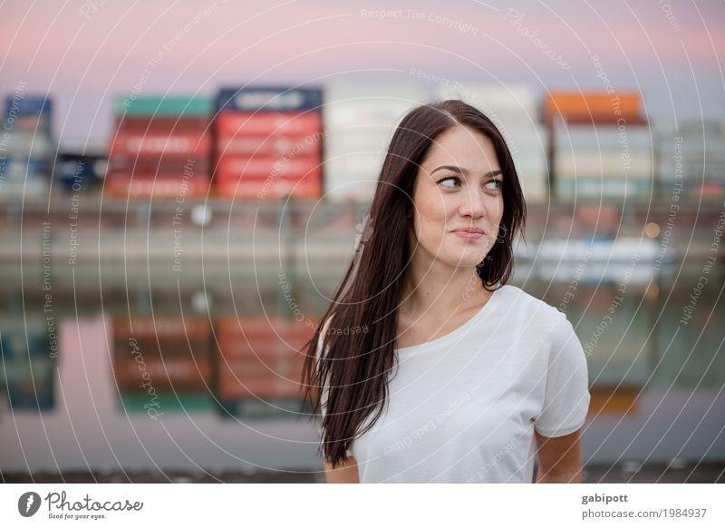 Blick zur Seite Frau Mensch Jugendliche Junge Frau Stadt Farbe schön Erwachsene Leben natürlich feminin Glück Fröhlichkeit Lebensfreude authentisch Perspektive