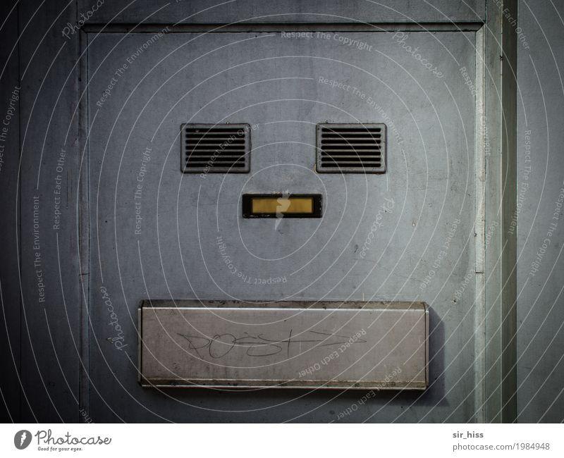 I, Robot Stadt Gesicht gelb Wand Mauer grau dreckig Armut silber Briefkasten Klingel hässlich