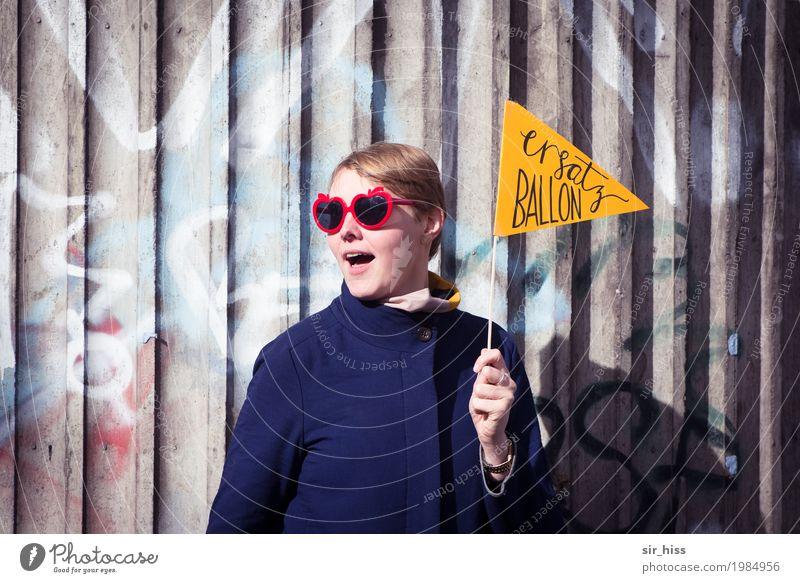 HH17 Fähnchentour - Ersatz-Ballons Lifestyle elegant Stil Frau Erwachsene Brücke Säule Beton Brille blond Zeichen Hinweisschild Warnschild Graffiti blau gelb