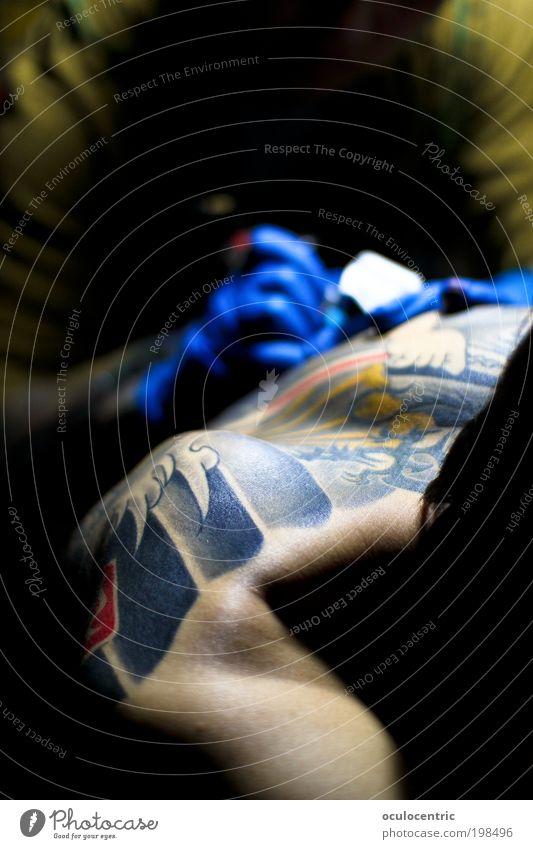 Durchhalten Mensch Jugendliche blau gelb Arbeit & Erwerbstätigkeit Stil Kunst Erwachsene maskulin Rücken hören Bild Schmerz machen Tattoo Schulter