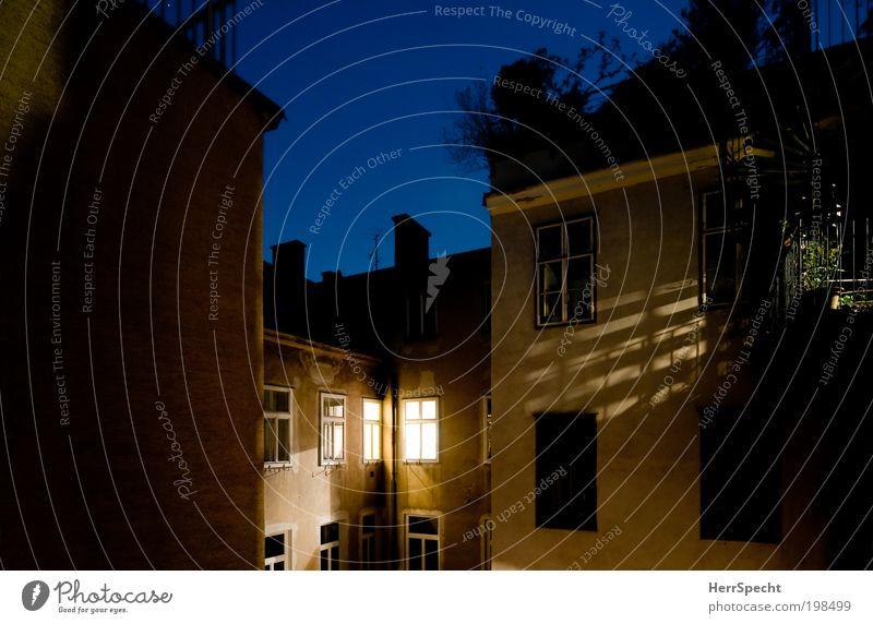 Mein Hinterhof Stadt blau schwarz Haus gelb Fenster Gebäude braun Fassade Dach Balkon Schornstein Hinterhof Hof Altstadt Umwelt