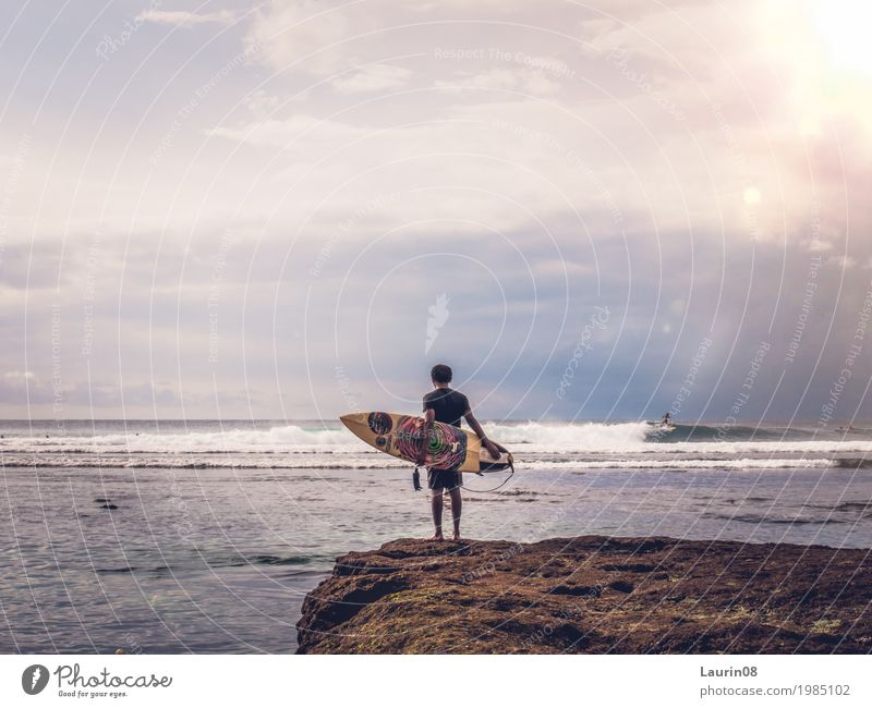 Surfer waiting for the perfect wave Mensch Himmel Ferien & Urlaub & Reisen Jugendliche Mann Sommer Wasser Junger Mann Meer Ferne 18-30 Jahre Erwachsene Küste