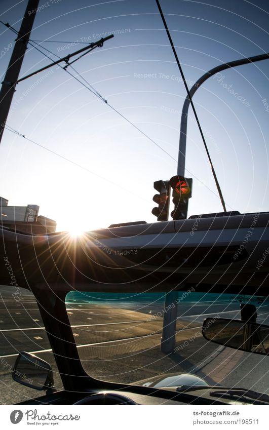 Sonnenabbieger rot Sonne Sommer Freude Straße Leben Freiheit PKW Beton leuchten fahren stoppen Zeichen Gleise Mobilität Autofahren