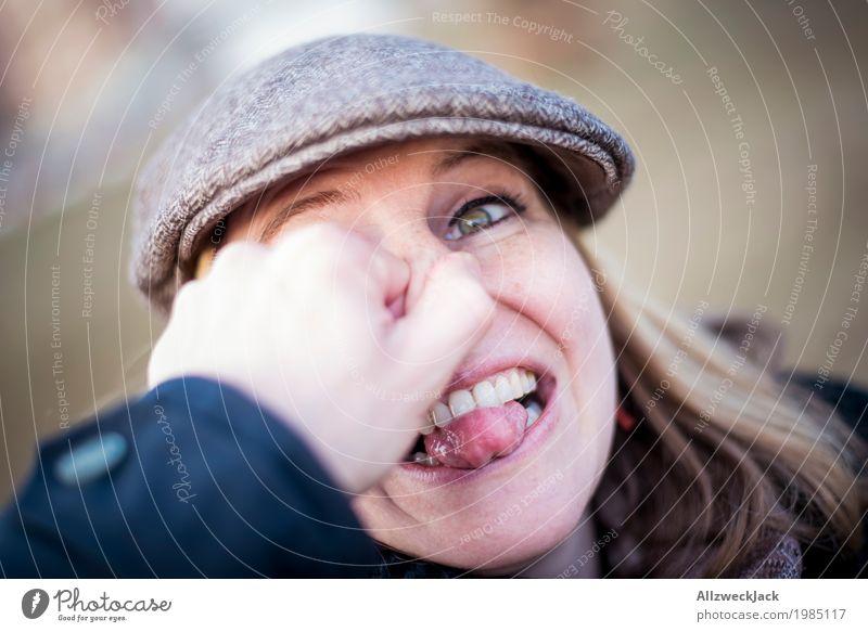 an der Nase rumführen II Mensch feminin Junge Frau Jugendliche Erwachsene Paar Leben 1 18-30 Jahre 30-45 Jahre Mütze blond langhaarig Freude Glück Fröhlichkeit