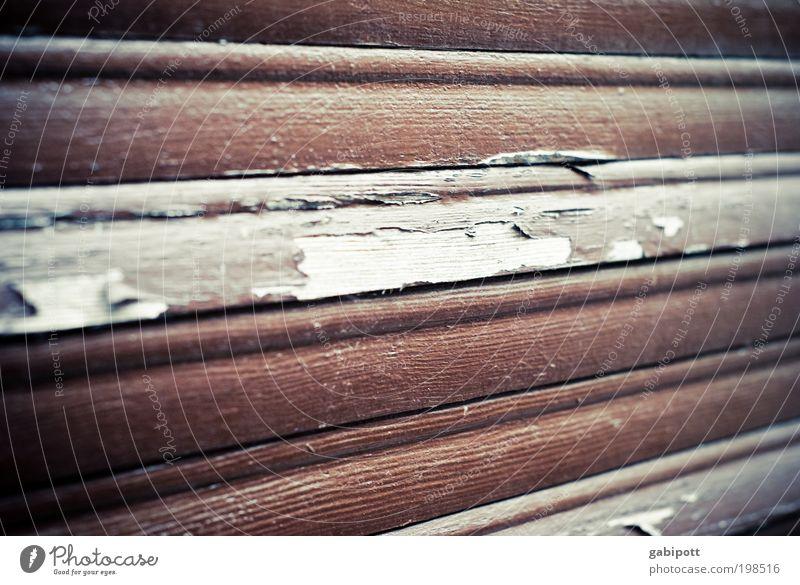 der Lauf der Dinge alt Haus Fenster Holz grau Gebäude Linie braun Zukunft Wandel & Veränderung Häusliches Leben Vergänglichkeit Dorf verfallen Reichtum Verfall