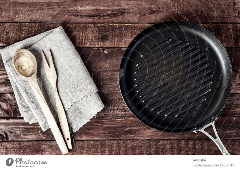 Leere Grillpfanne mit hölzerner Spachtel und Löffel Geschirr Pfanne Design Tisch Küche Restaurant Werkzeug Stoff Holz Metall alt oben Sauberkeit braun schwarz