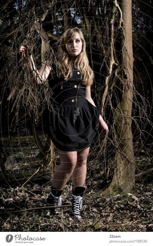 Alice Stil feminin Junge Frau Jugendliche 18-30 Jahre Erwachsene Natur Landschaft Baum Wald Kleid Stiefel Hut blond langhaarig berühren stehen träumen dunkel
