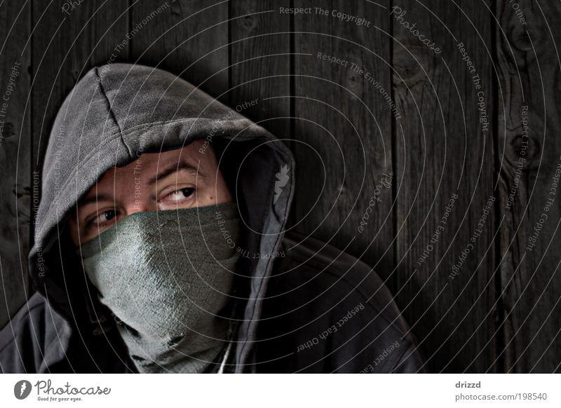 vermummt Mensch maskulin Mann Erwachsene Gesicht Auge 1 Jacke Maske schwarz Selbstständigkeit Kapuze Tuch verdeckt augen Wand bretter Holzbrett verwittert