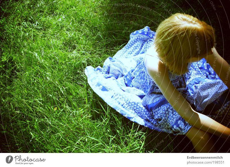 I'm sitting here Mensch Kind Jugendliche blau Sonne Sommer feminin Glück Traurigkeit blond Rücken elegant frei Fröhlichkeit Kleid beobachten