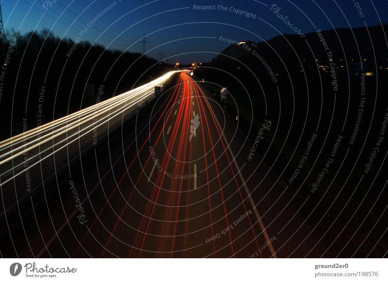 Feel the Rush Autobahn bei Nacht weiß rot Straße Straßenverkehr Zeit Verkehr Geschwindigkeit Verkehrswege Autofahren Fahrzeug Fernweh Scheinwerfer
