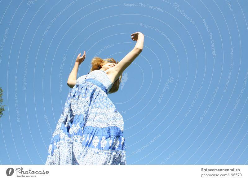 Mein Leben Tanzt. Mensch Natur Freude feminin Bewegung Glück springen Luft Gesundheit Zufriedenheit Kraft Tanzen elegant Haut fliegen natürlich