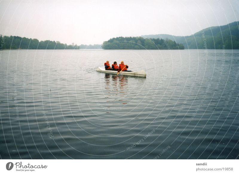 Drei in einem Boot Mensch Wasser Menschengruppe See Landschaft Freundschaft Wasserfahrzeug Schutz Schwimmweste
