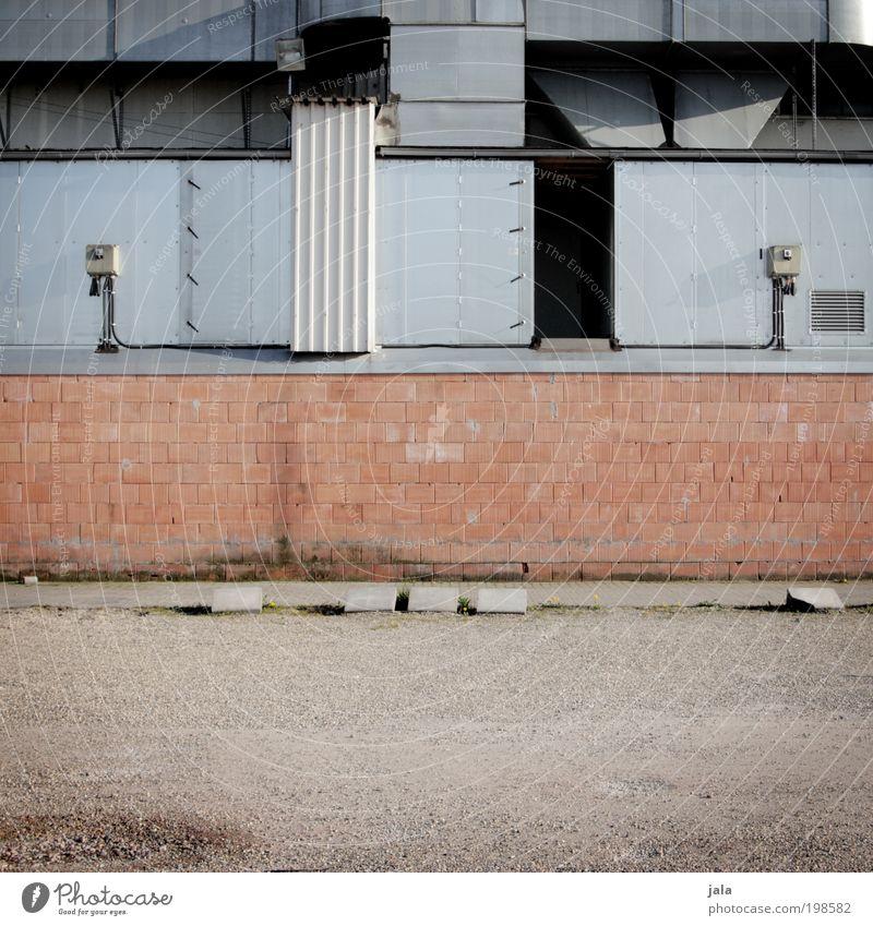 alles fassade Industrieanlage Fabrik Bauwerk Gebäude Architektur Mauer Wand Fassade Tür Dach Schornstein trist Farbfoto Gedeckte Farben Außenaufnahme