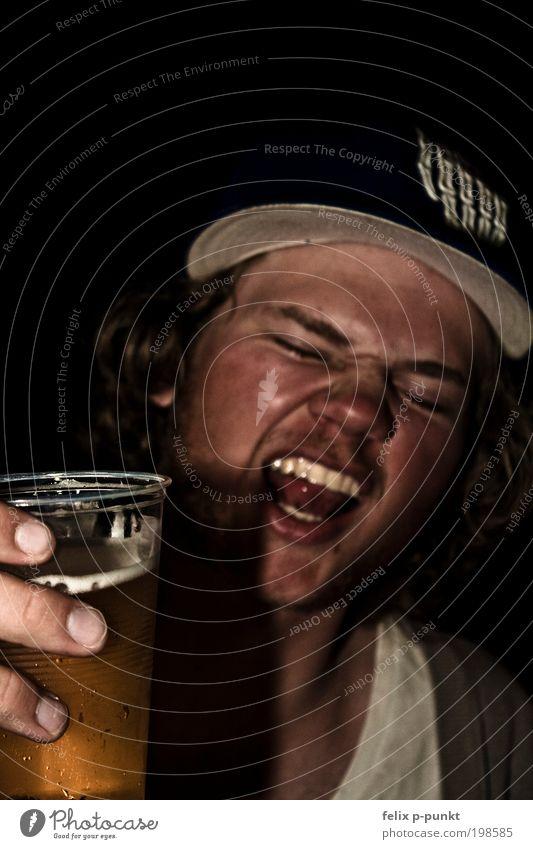 mhhhhm bier Lifestyle Mensch maskulin Kopf Haare & Frisuren Gesicht 1 schreien trinken Alkohol Bier Rock 'n' Roll dunkel ausgehen Party Unschärfe Hand Hut