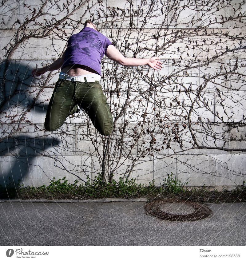 HINGABE Stil Junger Mann Jugendliche 1 Mensch 18-30 Jahre Erwachsene Gras Sträucher Straße T-Shirt fallen springen außergewöhnlich dunkel einzigartig trashig