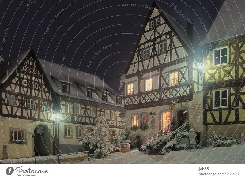 Zeiler Marktplatz bei Nacht alt schön Winter schwarz Haus Schnee braun Deutschland gold Fassade ästhetisch Europa Dorf historisch Straßenbeleuchtung