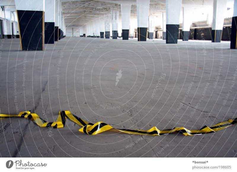 sperrzone weiß schwarz gelb Ferne grau Stein Gebäude Linie Raum Architektur Schilder & Markierungen Beton groß Sicherheit Fabrik Baustelle