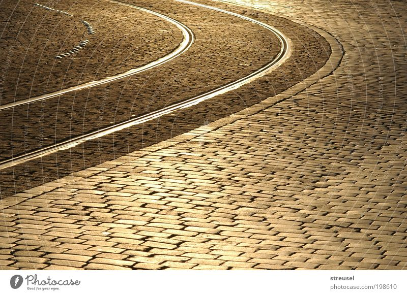 goldene Gassen schön Stadt ruhig Straße Wege & Pfade Straßenverkehr ästhetisch Platz Sauberkeit Gleise Verkehrswege Altstadt Reinlichkeit Schienenverkehr