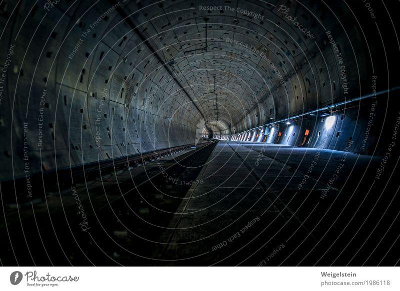 U-Bahn Tunnel Öffentlicher Personennahverkehr Beton Stahl dunkel blau grau grün orange Einsamkeit Ende Horizont U-Bahntunnel Röhren unterirdisch Farbfoto