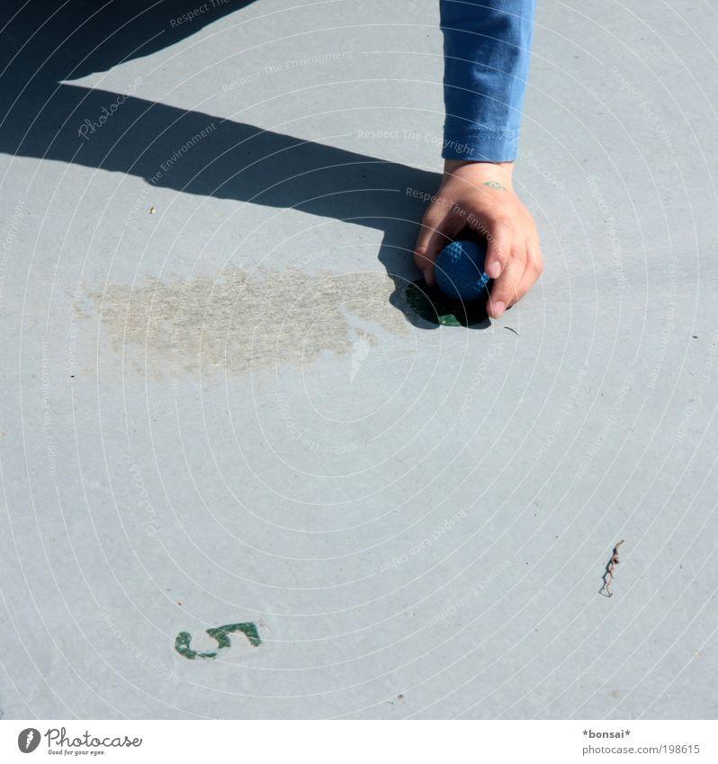 ausrichtung Mensch Kind blau Hand Sonne Freude Spielen Junge grau Kindheit Freizeit & Hobby Schilder & Markierungen Beginn Ausflug Erfolg Schriftzeichen