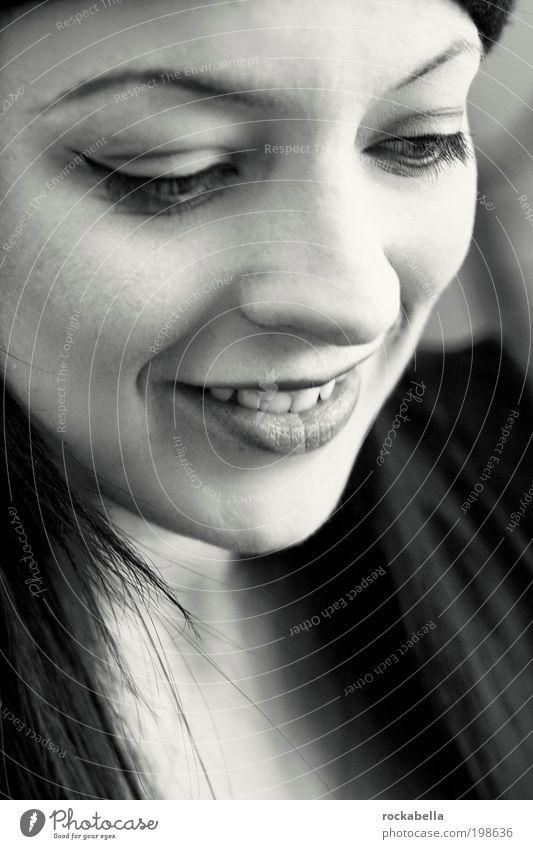zaubermedizin. feminin Junge Frau Jugendliche schwarzhaarig langhaarig Lächeln lachen eckig Freundlichkeit Fröhlichkeit frisch einzigartig positiv Wärme weich
