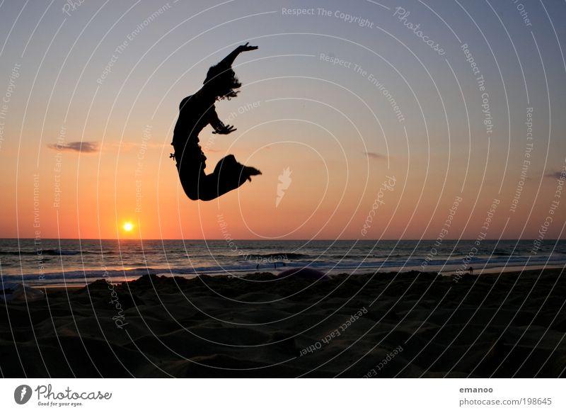 hang loose Mensch Jugendliche Sonne Ferien & Urlaub & Reisen Meer Sommer Strand Freude Erwachsene feminin Freiheit Bewegung springen Küste Horizont Wellen