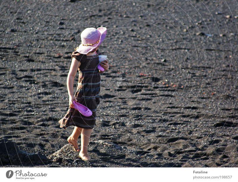 Schatzsucherin Mensch feminin Kind Mädchen Kindheit Haut Brust Arme Hand Finger Beine Fuß Umwelt Natur Landschaft Urelemente Erde Sommer Klima Wetter
