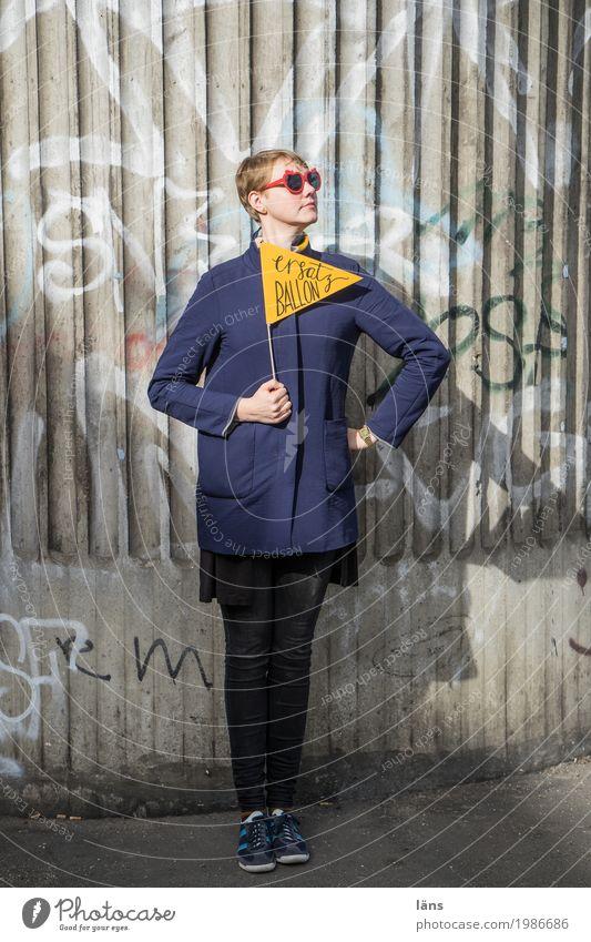 HH17 Fähnchentour l haltungsnote... Mensch Frau Jugendliche Junge Frau Haus 18-30 Jahre Erwachsene Leben Wand feminin Mauer Fassade Schriftzeichen Kraft Ordnung