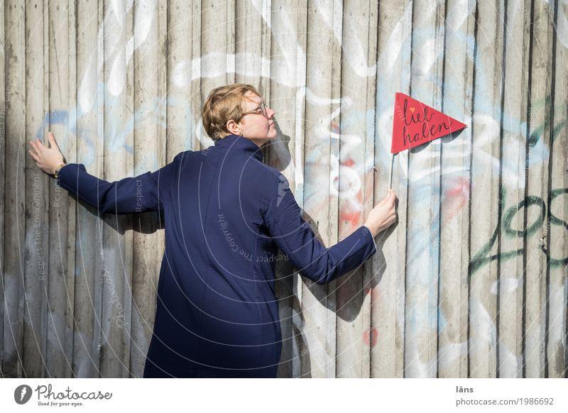 HH17 Fähnchentour l lieb haben Mensch Frau Erwachsene Leben Wand feminin Mauer Glück Zusammensein Zufriedenheit Schriftzeichen Fröhlichkeit Lebensfreude
