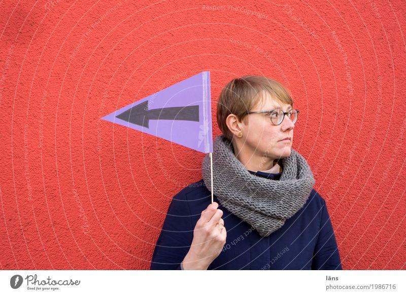 HH17 Fähnchentour l da lang Frau Wand Information Richtung Fahne richtungweisend