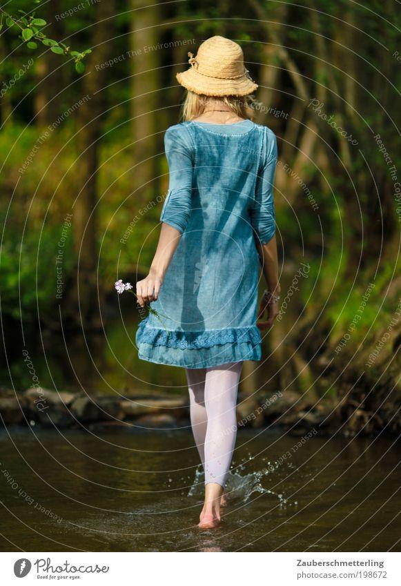 Neue Wege Glück Zufriedenheit Erholung Freiheit feminin Junge Frau Jugendliche Leben 1 Mensch 18-30 Jahre Erwachsene Natur Bach Mode Kleid Strumpfhose gehen