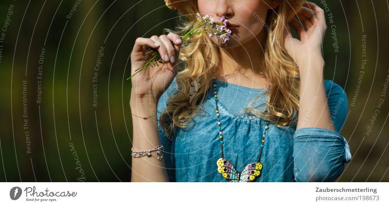 Fest für die Sinne Parfum Sinnesorgane Duft feminin Junge Frau Jugendliche Mund Blume Accessoire blond berühren entdecken Erholung genießen träumen elegant