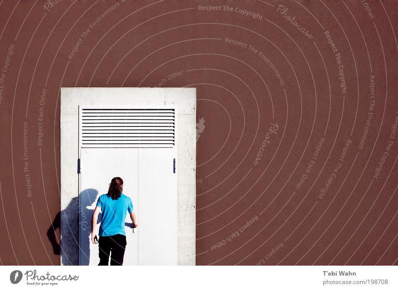 Abgeschlossen. Feiertag. Mensch maskulin Junger Mann Jugendliche Erwachsene Gebäude Mauer Wand Tür T-Shirt langhaarig Zopf blau braun eintreten Griff türkis