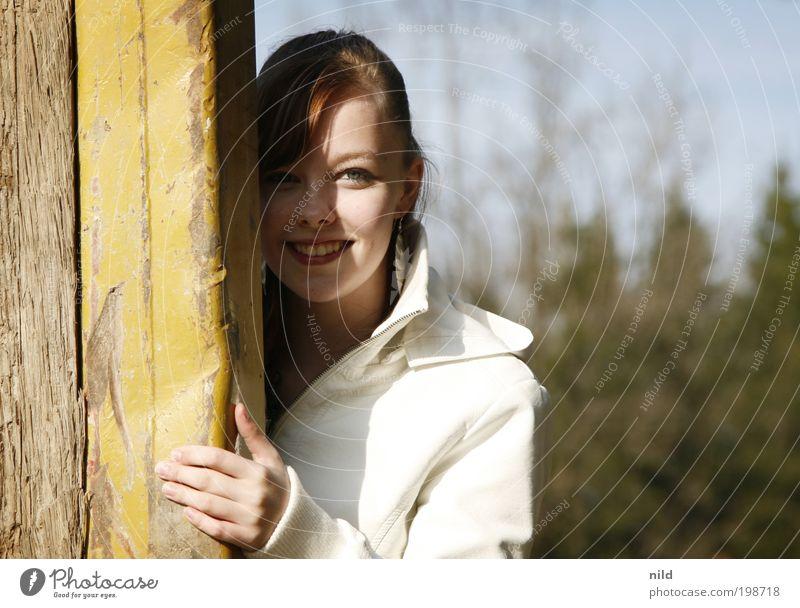 sunny side up Frau Mensch Jugendliche schön Freude Gesicht feminin Glück lachen Zufriedenheit Erwachsene Sicherheit Fröhlichkeit Coolness beobachten