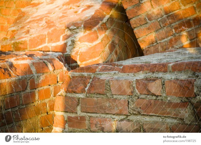 Kuschelrunde Haus Wand Mauer Kunst Linie Fassade Zufriedenheit Baustelle Bauwerk Hafen Burg oder Schloss Backstein Skulptur Ruine Zerstörung Desaster