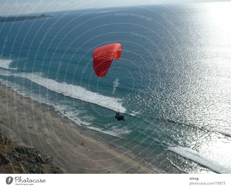 Gleitschirmflug an der Klippe zum Meer Meer Strand Sport fliegen Fallschirm Klippe Gleitschirm