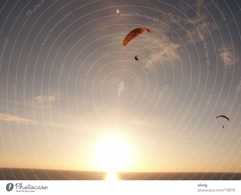 Gleitschirmfliegen im Sonnenuntergang am Meer Sport San Diego County