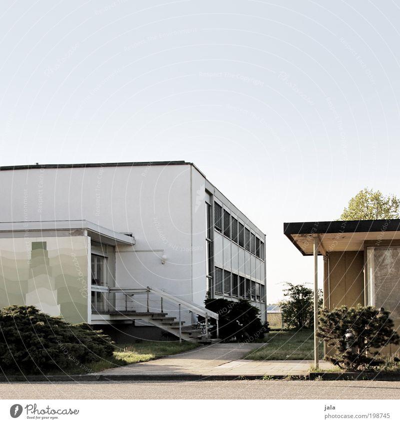 nachbarschaft Himmel Pflanze Baum Sträucher Haus Fabrik Bauwerk Gebäude Architektur Mauer Wand Treppe Dach Straße Wege & Pfade unten Farbfoto Außenaufnahme