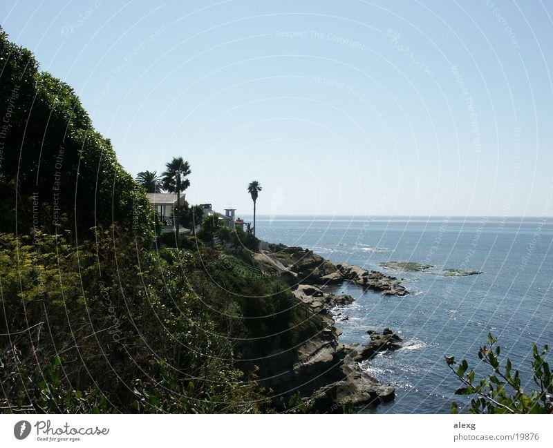 Ein Häuschen am Meer Sonne Meer Haus Palme Klippe