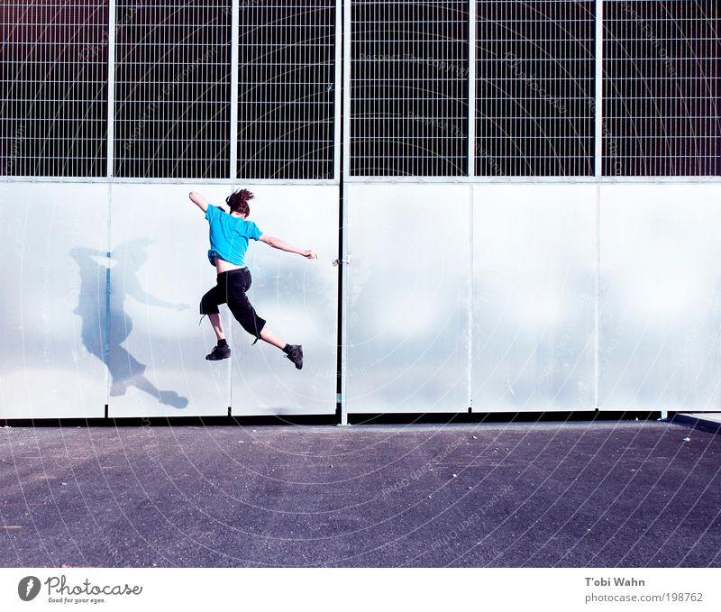 jetzt springe ich Freude Freizeit & Hobby Mensch Junger Mann Jugendliche 1 Tor Straße springen frei dünn sportlich blau Tunneleinfahrt Gitter hoch Farbfoto