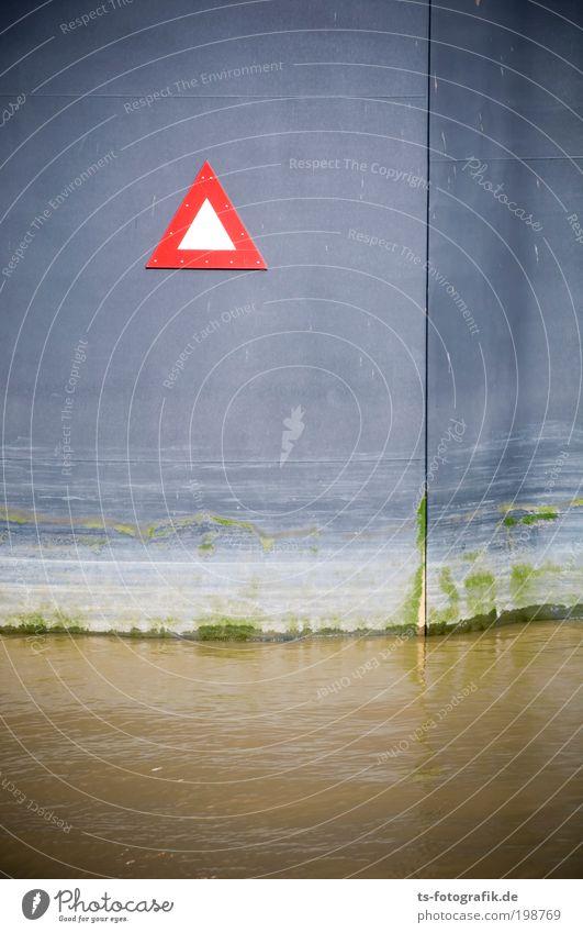 Schleusentor Wasser rot Wand grau Bewegung Mauer Metall Wasserfahrzeug braun Tür geschlossen warten Fassade Schilder & Markierungen Sicherheit Hinweisschild