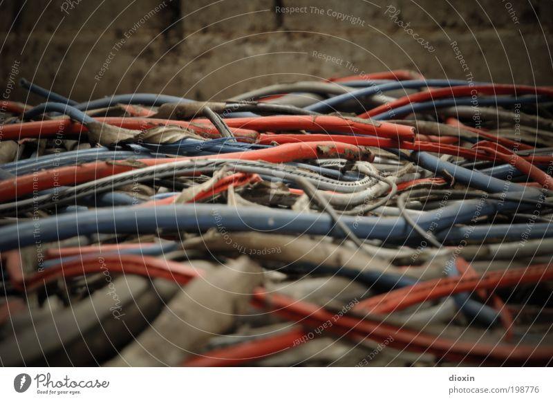 Verwirrungen [LUsertreffen 04|10] alt blau rot Wand grau Mauer dreckig Elektrizität Kabel kaputt liegen Müll Vergänglichkeit Backstein Verfall Kunststoff