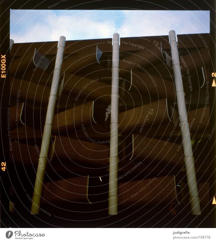 Hannover Himmel Wolken Haus Parkhaus Bauwerk Gebäude Architektur Verkehr Autofahren dunkel eckig Ordnung Schutz Symmetrie Farbfoto Außenaufnahme Menschenleer