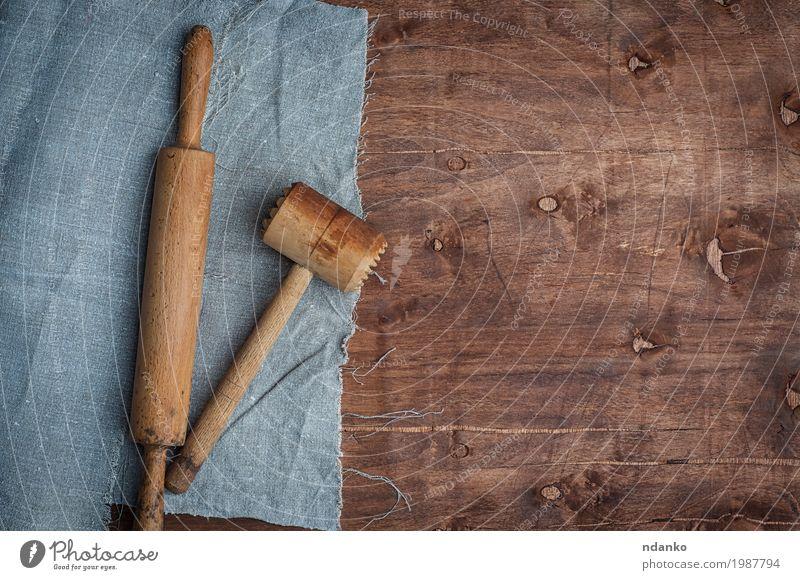 Hölzerne Küchengegenstände skalka und Hammer für das Schlagen des Fleisches Tisch Restaurant Stoff Holz alt oben braun Tischwäsche rollen Aussicht