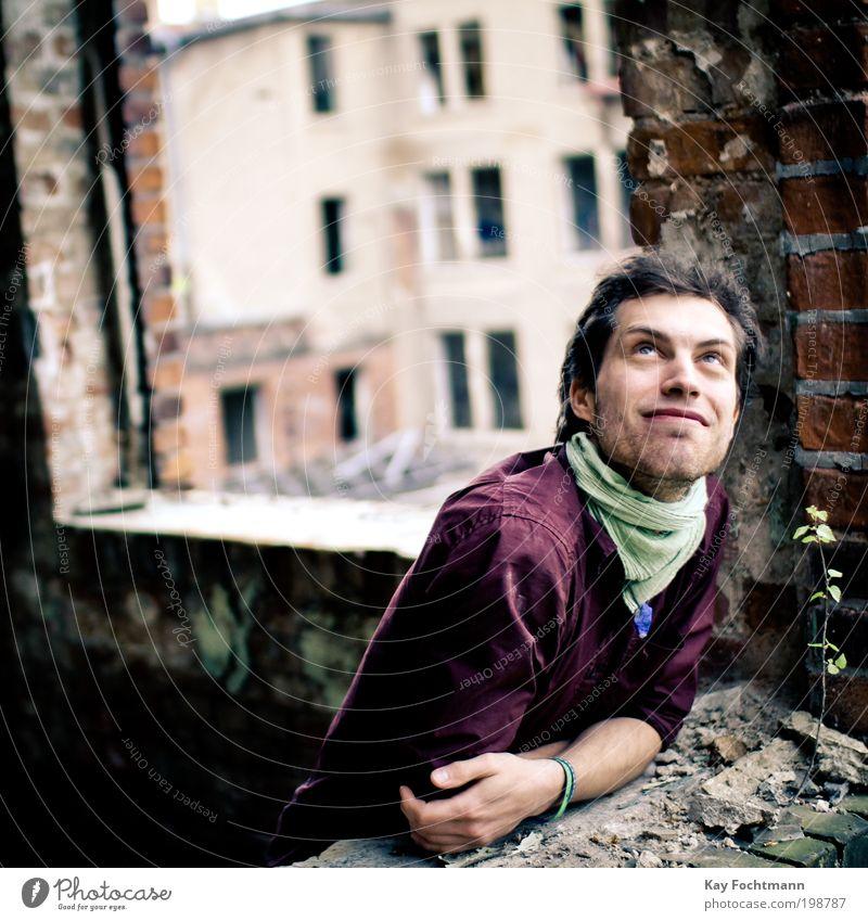 . Mensch Freude Fenster Wand Mauer Zufriedenheit Fassade beobachten Lächeln Hemd Bart entdecken genießen Porträt Wohlgefühl Blick nach oben
