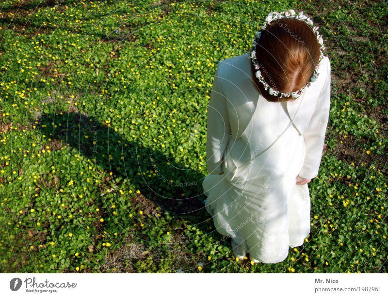 Kopf hoch ! feminin Mädchen Jugendliche Kleid rothaarig träumen Traurigkeit weiß Lebensfreude Vorfreude Sorge Angst Nervosität Schatten Blumenwiese Haarreif