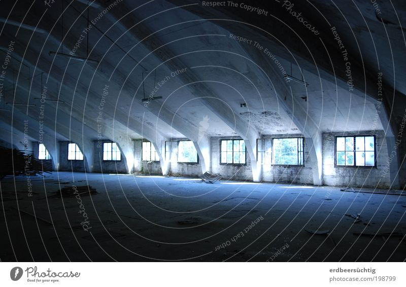 Jede Menge Speicherkapazität Haus Gebäude Fenster Dachboden Beton Glas alt kalt Vergänglichkeit leer Raumeindruck Dachgebälk Strahlungsdruck geheimnisvoll